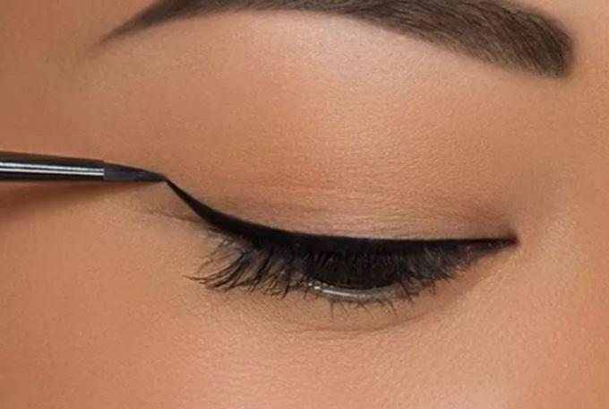 Макияж стрелки для глаз разные thumbnail