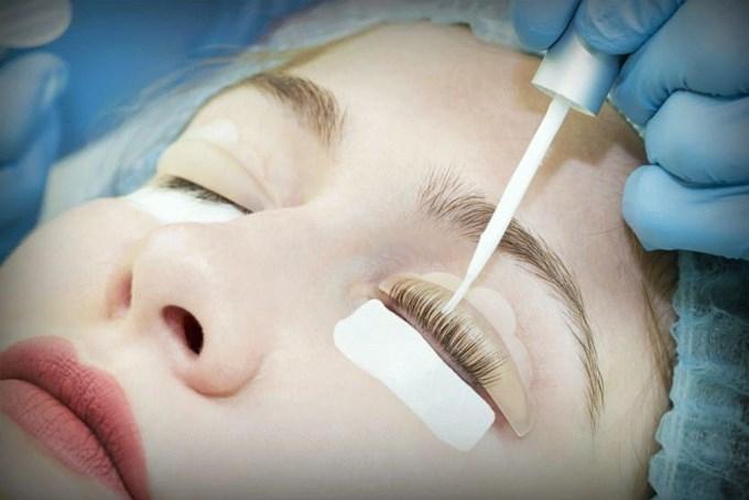 Как проходит процедура ламинирования ресниц в салоне красоты