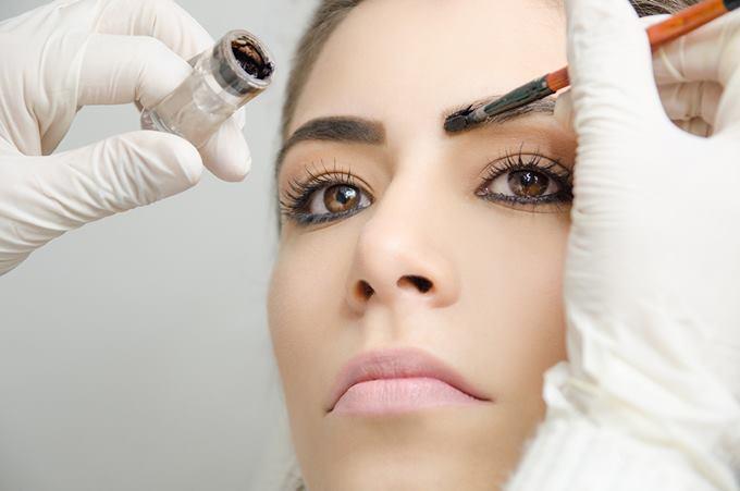 Первый раз окрашивание хной лучше провести в салоне красоты, чтобы запомнить, как правильно красить брови