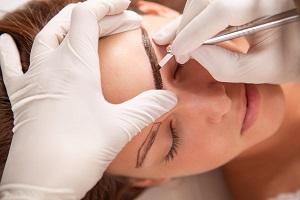 Чем отличается микроблейдинг от татуажа бровей