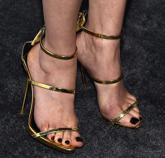 Красить ногти на ногах нужно лаком, подходящим под цвет обуви